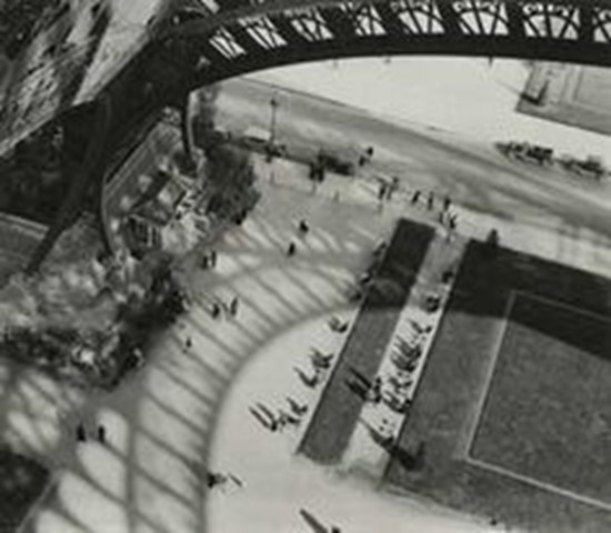História da Fotografia - André Kertész - Under the Eiffel Tower - 1929