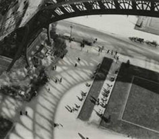 História da Fotografia - André Kertész - Under the Eiffel Tower - 1929